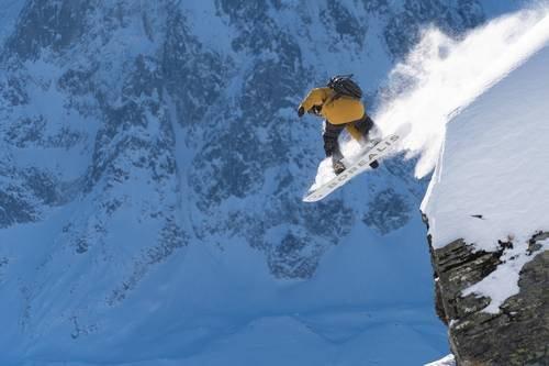 snowboard Borealis con fijaciones